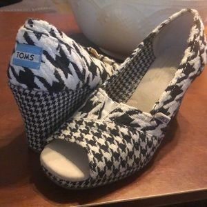 Like new Toms Wedge - Houndstooth Print